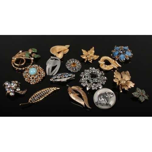 112 - A collection of vintage costume jewellery brooches including gilt metal, turquoise effect and a pewt...