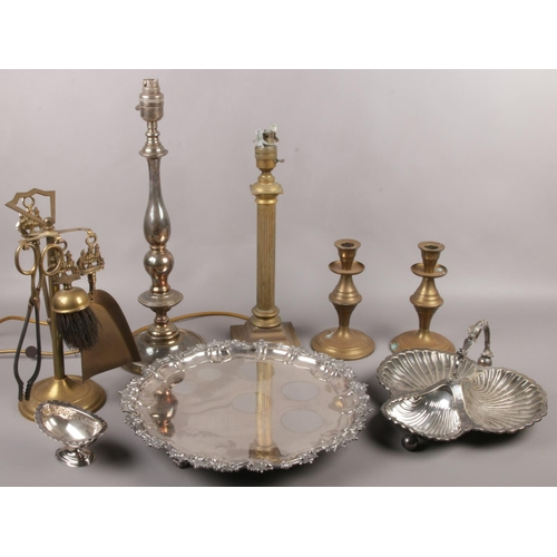 43 - A collection of metalwares, to include silver plate serving tray, tale lamps, candlesticks, small br...
