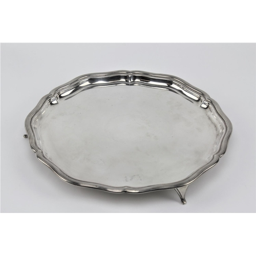 21 - A silver ribbed edge salver, Sheffield M. 862 grams....