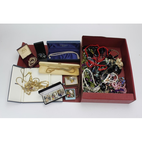 41 - A collection of costume jewellery, including 1950's plastic necklaces etc....