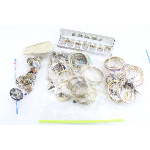 43 - A collection of costume jewellery, including rings, bracelets etc....
