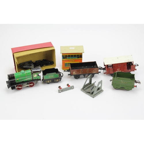 21 - A Tray of Hornby O Gauge Model Railway to include: a Boxed Clockwork M1 Locomotive & Tender, 3 x Wag...