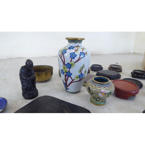 32 - Oriental collectables: to include a Chinese cloisonné vase 7