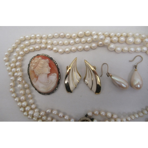23 - 9ct gold and other items of personal ornament: to include simulated pearl earrings; and a triple row...