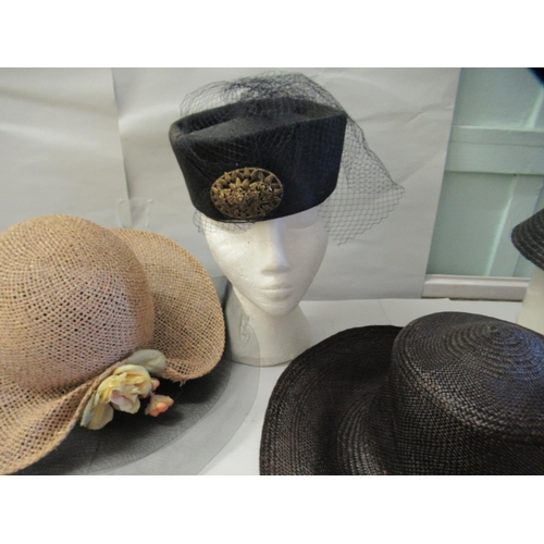 39 - Ladies fashion accessories: to include various hats and handbags