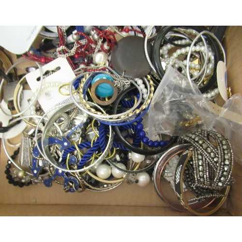 27 - Costume jewellery: to include bracelets and necklaces