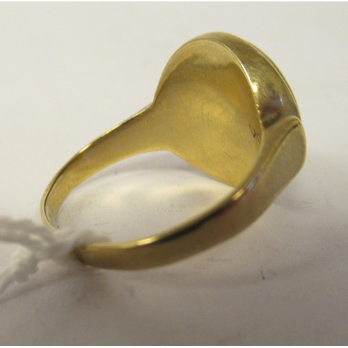 47 - A 9ct gold signet ring, set with an onyx tablet