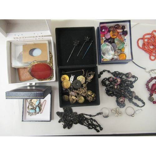 30 - Costume jewellery and items of personal ornament: to include a yellow metal brooch; a yellow metal s...