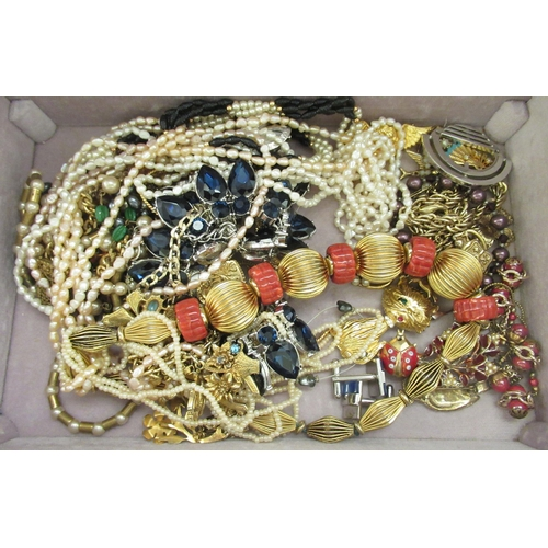 206 - Costume jewellery: to include rings and brooches, in a tray fitted box