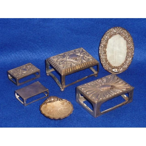 186 - A mixed group of silver to include four Matchbox Holders, a small early 20th Century oval Photograph...