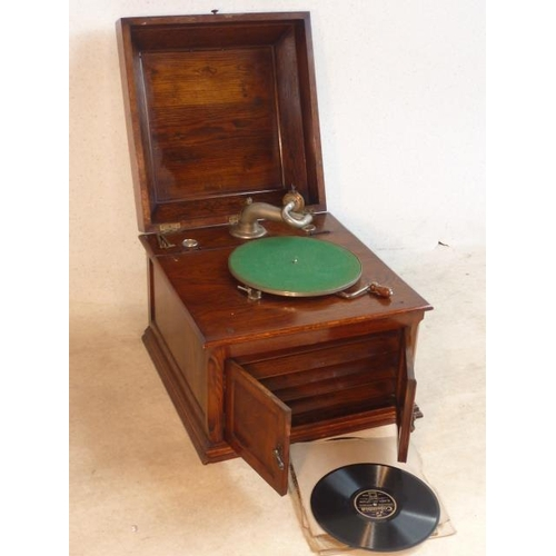 539 - An early 20th Century oak cased tabletop Gramophone in good working order, the two front panelled do...