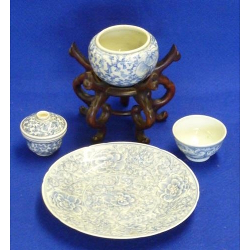 80 - A small selection of Chinese ceramics to include a Saucer Dish (four-character mark to reverse), a T...