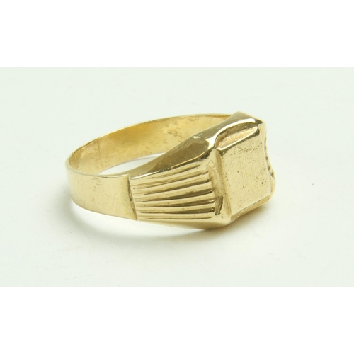 532 - <strong>An 18ct gold Signet Ring </strong>(approx. 4.4g) hall marked, engraved with initials