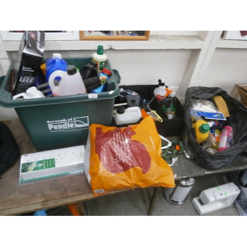 33 - Lot inc household and garden chemicals, cleaning tools, etc...