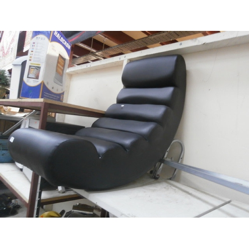 29 - Leather gaming chair...