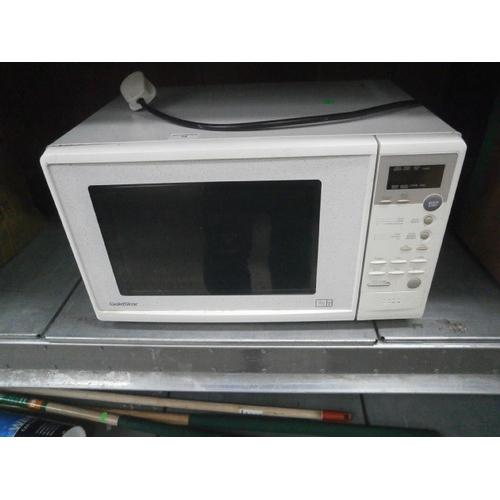 18 - Goldstar 850w microwave...