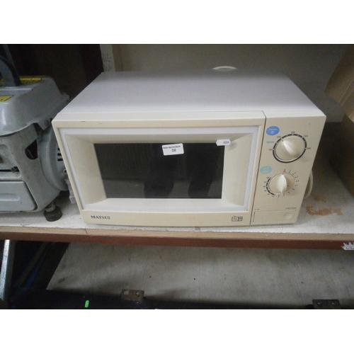 32 - Matsui 800w microwave...