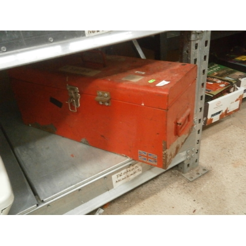 18 - Metal tool chest...