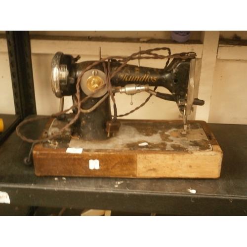 42 - Vintage Mundlos sewing machine...