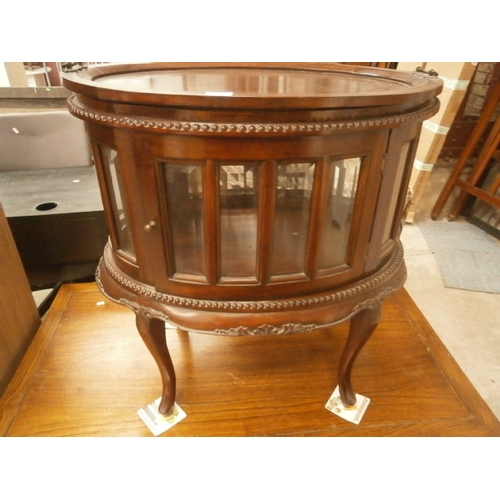 658 - Glazed oval mahogany cabinet with lift-off tray top...