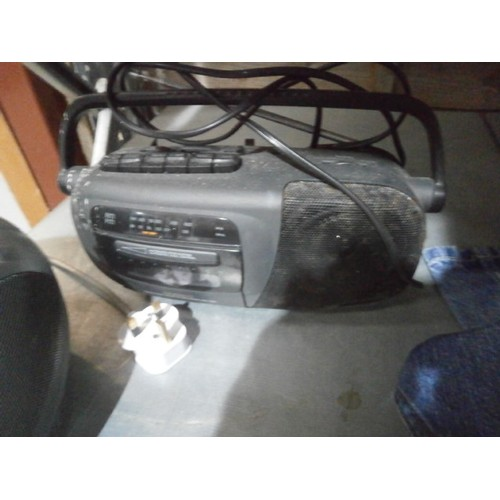 12 - Roberts CD player/radio and a Daewoo cassette player/radio working...