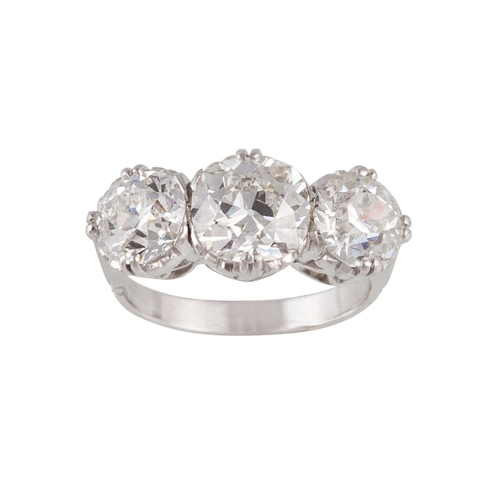 58 - AN EDWARDIAN DIAMOND THREE STONE RING, with three old European brilliant cut diamonds of approx 4.55...