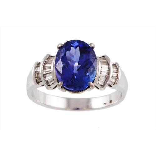 47 - A TANZANITE SINGLE STONE RING with diamond shoulders, tanzanite of approx. 4.60 ct....