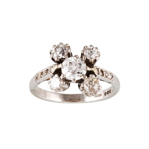 28 - AN ANTIQUE DIAMOND CLUSTER RING, set with five old cut diamonds, to diamond shoulders, mounted in pl...