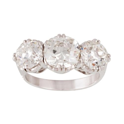 206 - A DIAMOND THREE STONE RING, with three old European brilliant cut diamonds of approx 4.55ct G/H VS2/...