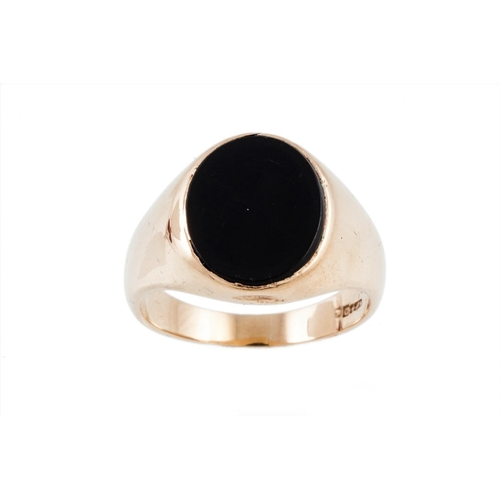 411 - AN ONYX SET SIGNET RING IN 9CT GOLD, total weight 8.70 ct, size; S...