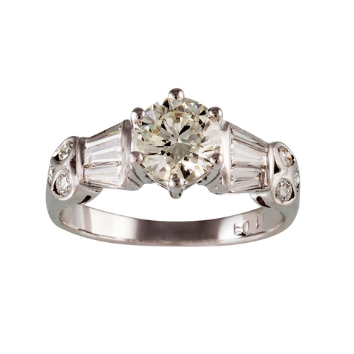 440 - A SOLITAIRE DIAMOND RING, of approx. 1.00ct I/J VS, flanked by tapered baguette and round brilliant ...
