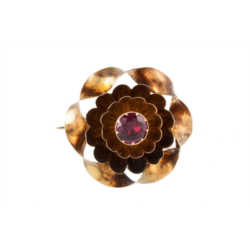 448 - AN ANTIQUE FLORAL BROOCH IN A YELLOW METAL SETTING, 25 mm diameter...