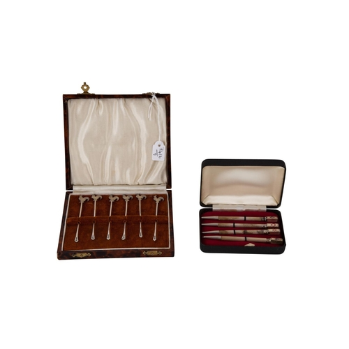 546 - AN UNUSUAL CONTINENTAL STERLING SILVER BRIDGE PENCIL SET, together with a cased silver cocktail swiv...