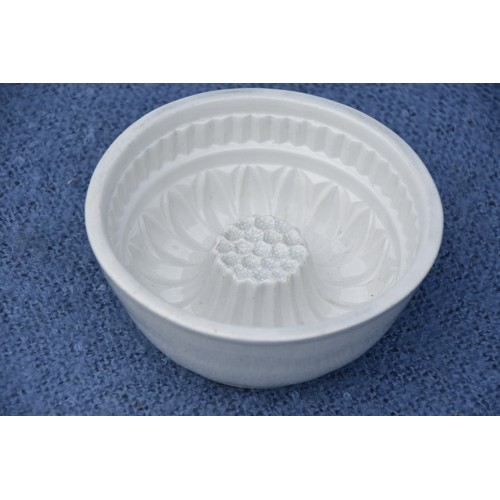 592 - AN EARLY PORCELAIN JELLY MOULD