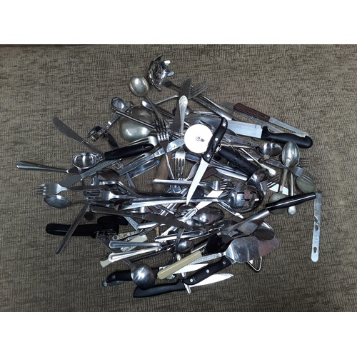 21 - Large quantity of vintage cutlery...