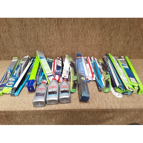 30 - Large quantity of windscreen wiper blades and engine oil...