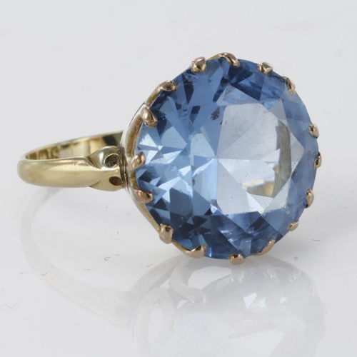 52 - 18ct Gold large Blue topaz set Ring size P weight 5.7g...