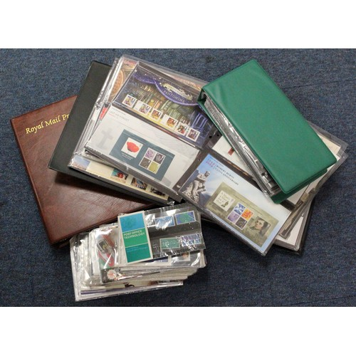 30 - GB - Presentation Packs in albums and loose, from c1965 Burns to 2007. Includes Post and Go packs. (...