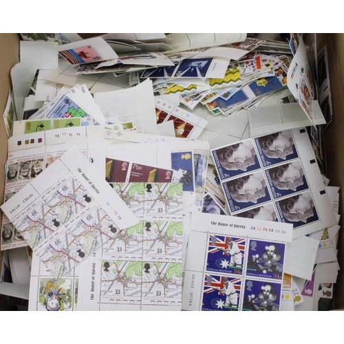 18 - GB - decimal commemoratives unmounted mint accumulation No.2. All are Gutters, traffic lights or cyl...