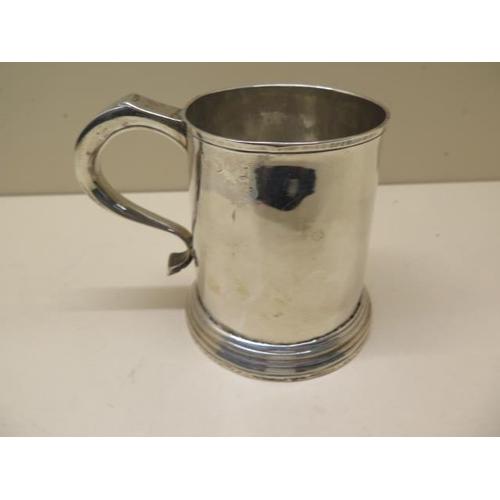512 - A George II silver tankard, Hallmarks for London 1735/36, 11cm tall, approx 9.2 troy oz, no engravin...