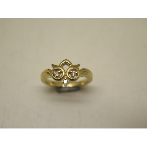 626 - An 18ct yellow gold ladies dress ring, total weight approx 5.7 grams, incorporating three round bril...