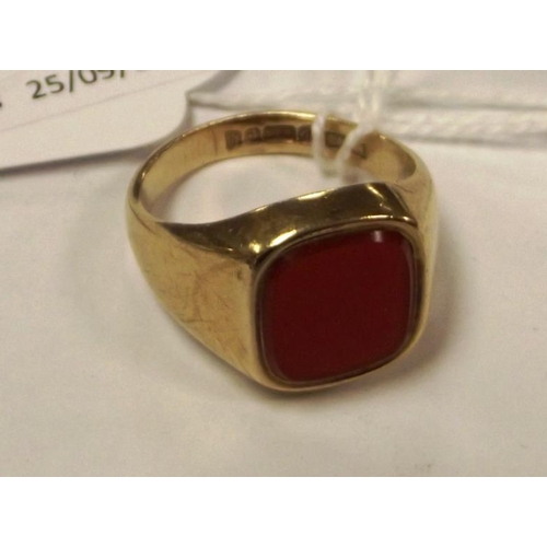 14 - 9 ct. yellow gold gents signet ring with bloodstone, size O, 6 g....