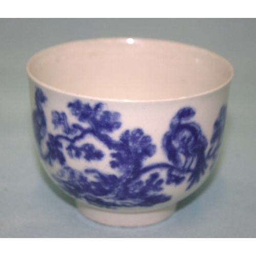 604 - A LATE 18th CENTURY LARGE WORCESTER BLUE AND WHITE TEA BOWL decorated to the body with exotic birds ...