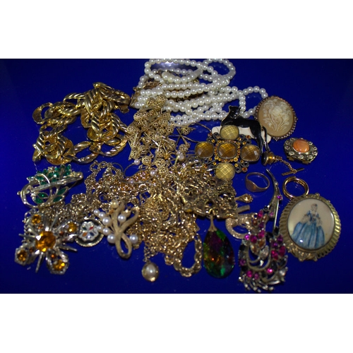 53 - Mixed Lot Of Costume Jewellery To Include Brooches, Beads, Scarf Clip, Necklaces, Rings Etc....