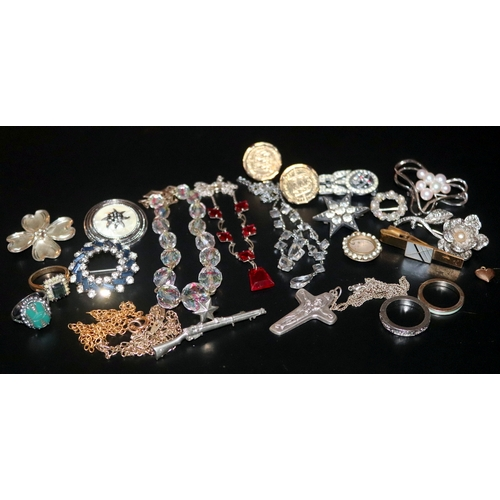 267 - Mixed Collection Of Costume Jewellery To Include Rings, Necklaces, Brooches Etc....