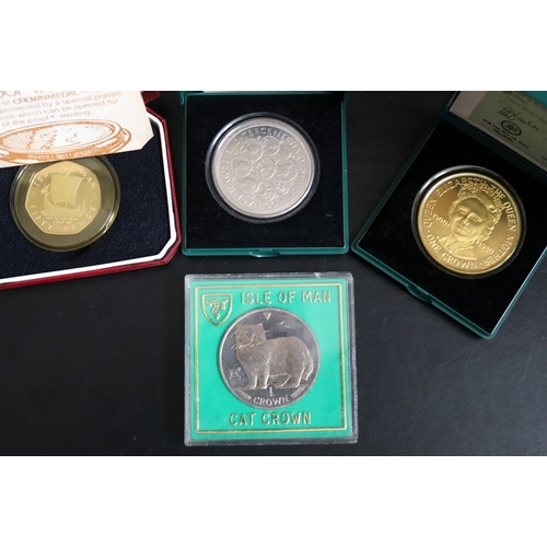 476 - 4 Isle Of Man Boxed Coins Comprising 300th Anniversary Of Manx Coinage 1979, 1900-1980 Queen Elizabe...