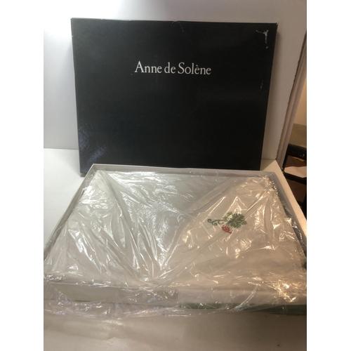 30 - Anne De Solene tablecloth & napkin set