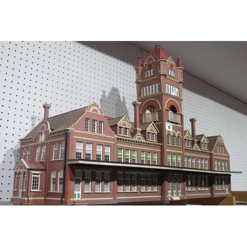 18 - A Very Impressive 'O' Gauge/7mm Victorian Style Station Building, minor damages 75cm long, 50cm high