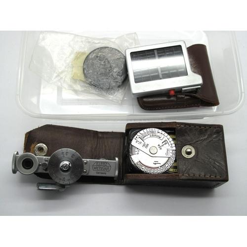 860 - Leica (Leitz Wetzlar Range Finder, Leica Light Meter in original leather case, Leica Lens Cap, light...
