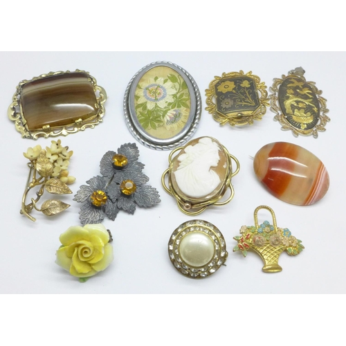 1089 - A collection of brooches...